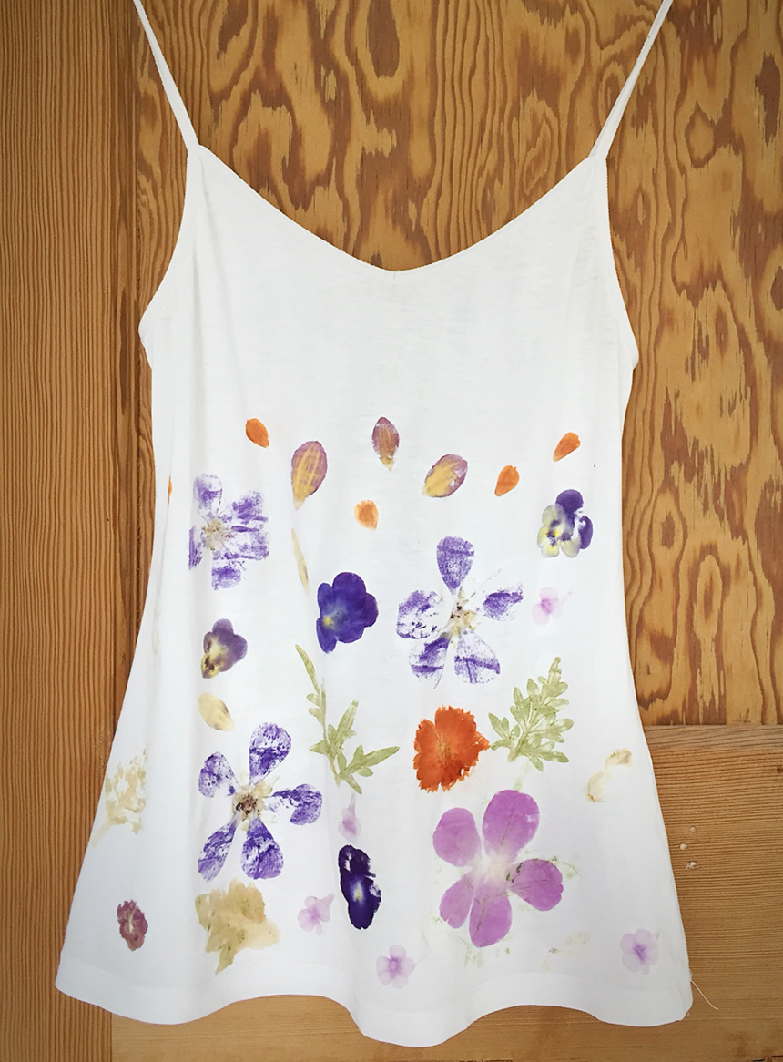Vest top printed with the flower pounding technique