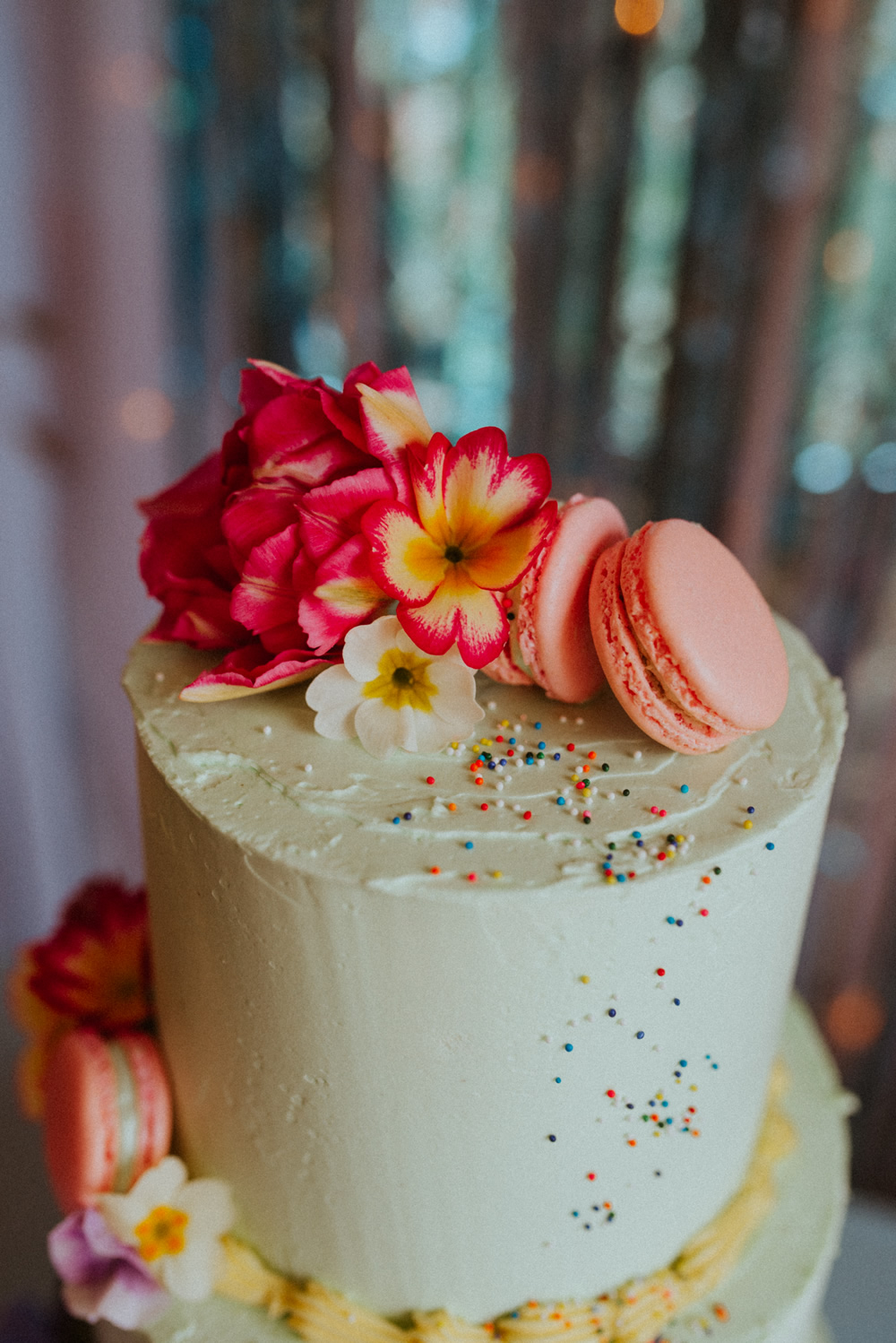 Edible flowers on the wedding cake